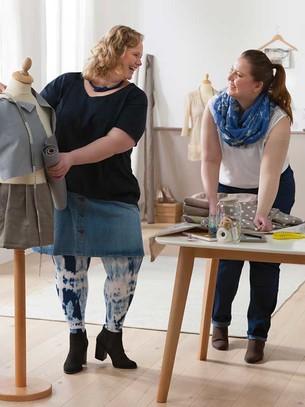 Duas mulheres num atelier de costura