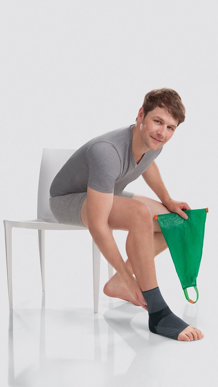Homem usa auxiliar para vestir