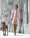 Kvinna ute och går med hunden