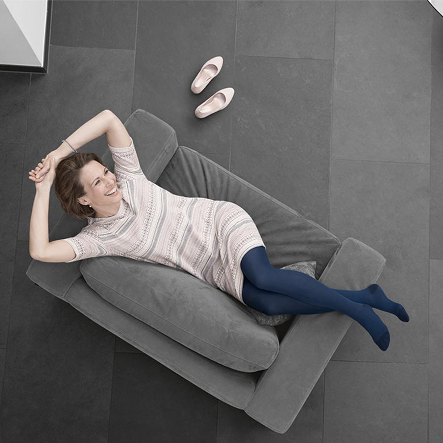 Señora en la cama con medias de compresión Juzo