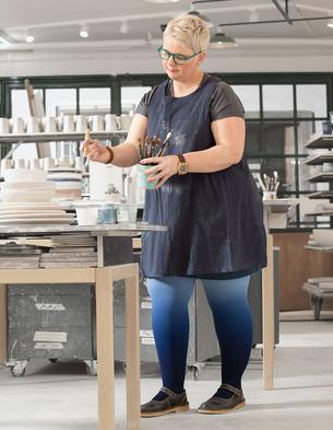 Frau mit Juzo Expert Versorgung in der Dip Dye Farbe Blaubeere
