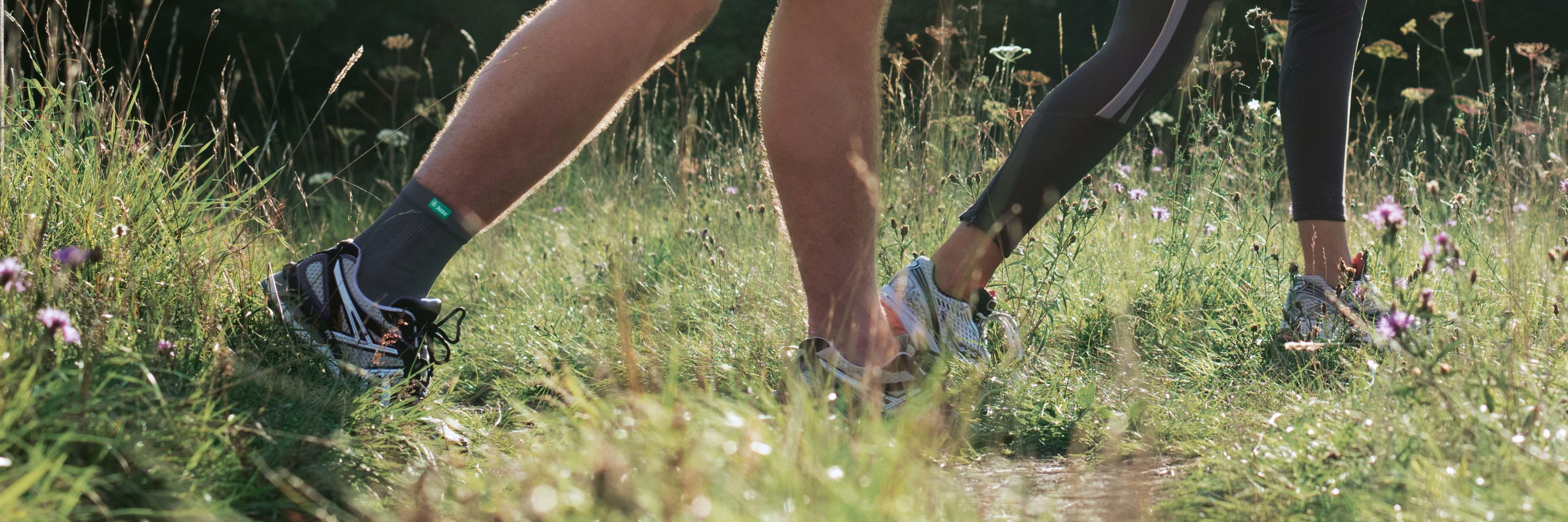 Homem a fazer jogging num relvado