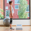 Kobieta stoi przed stepem do aerobiku