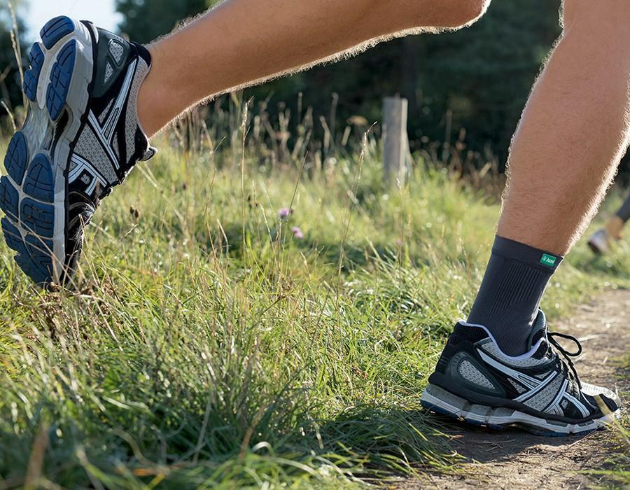 Mann joggt auf einer Wiese
