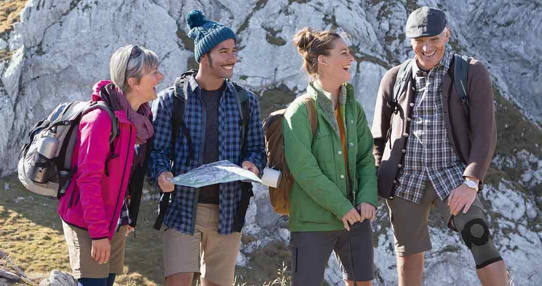Familie beim Wandern ließt Karte