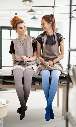To kvinder ved et fotoshoot med Juzo Inspiration i Trend Colours