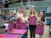Mädchen mit ihren eigenen kreirten Taschen am Girls Day bei Juzo