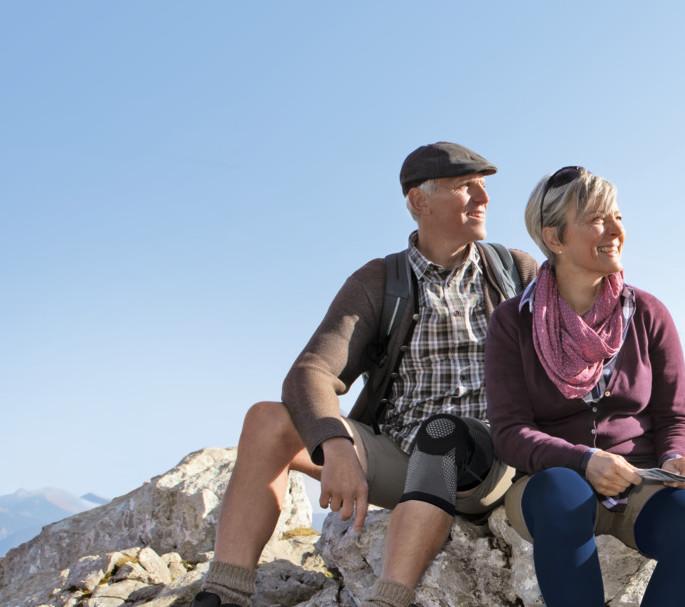 Paar auf dem Gipfel trägt Juzo GenuXtra