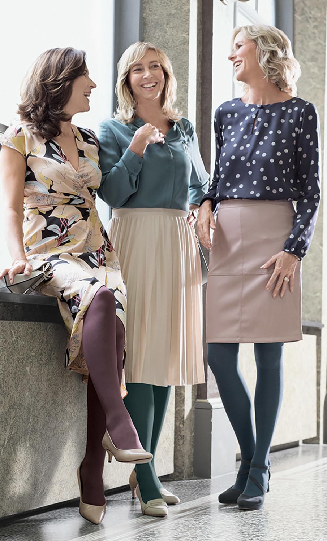 Três mulheres estão juntas e riem