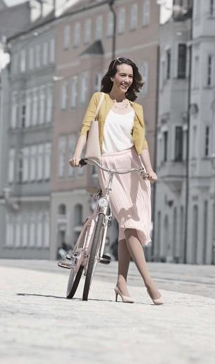 Donna lungo le strade con bicicletta indossando Juzo Inspiration
