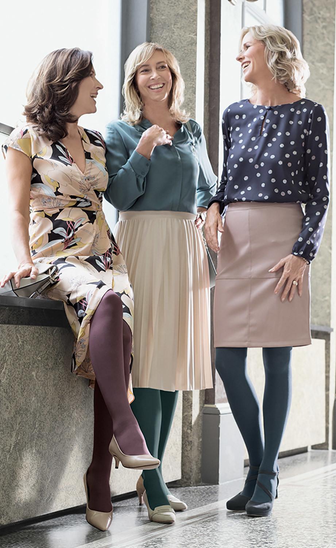 Tre donne sono insieme e ridono