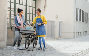 Dip Dye Collection als rundgestrickte Juzo Inspiration Versorgung in den Farben Mohn und Blaubeere
