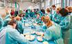 Ärzte in blauen Kitteln beim Hands-On Workshop