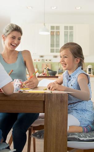Het kind zit aan de tafel