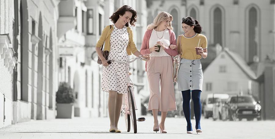 Drei Frauen gehen in der Stadt spazieren