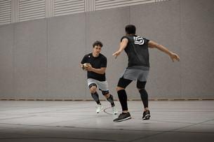 Männer spielen Handball mit der neuen BestPerform Compression von sportomedix
