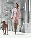 Una mujer pasea con un perro