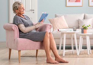 Vrouw draagt Juzo Compression Wrap armsegment