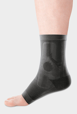 Man wearing the JuzoFlexMalleo Anatomic ankle support in Charcoal