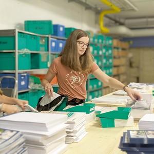auf dem Bild: links Anja Schoderer, Ausbildung zur Industriekauffrau, 2. Ausbildungsjahr und Pauline Sturz, Ausbildung zur Industriekauffrau, 2. Ausbildungsjahr, beim Packen der Kongresstaschen.