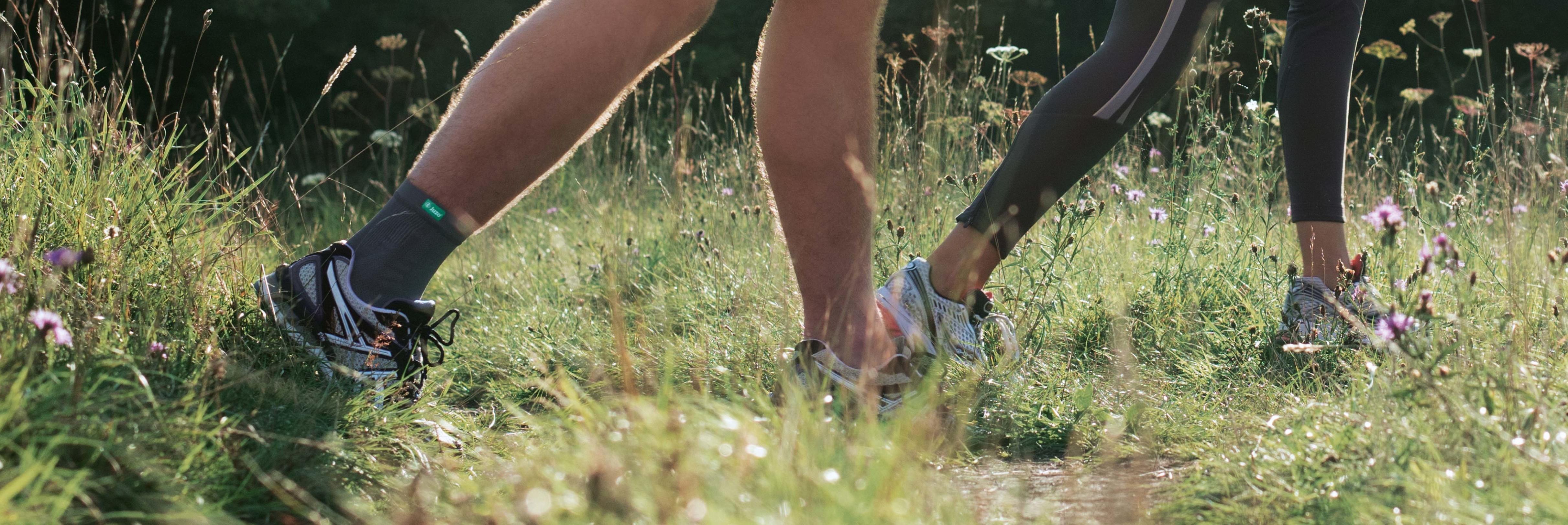 Mand jogger på en eng