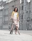 Kvinna bär kompressionsprodukten Juzo Inspiration