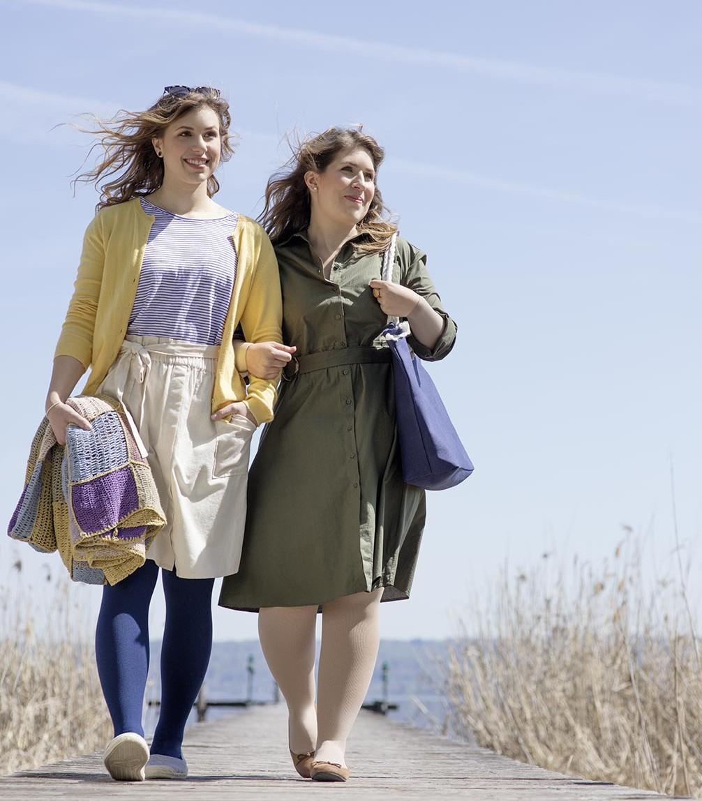Deux femmes discutant entre elles dans un atelier de couture