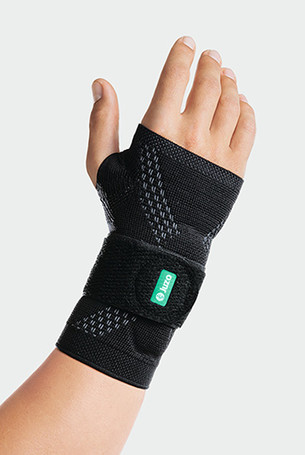 Hand mit der JuzoFlex Manu Xtra in der Farbe Schwarz