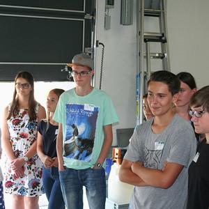 Schüler besichtigen die Färberei