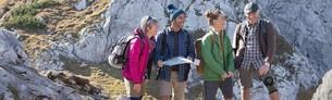 Knieschmerzen - Wanderer auf dem Berg