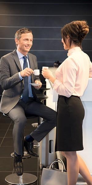 Samtal vid disken; mannen sitter och kvinnan står