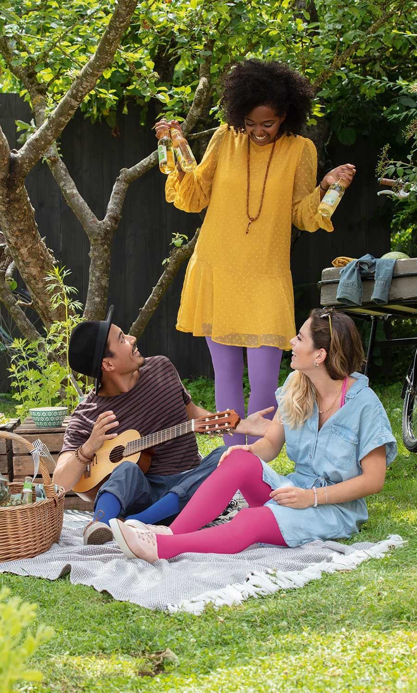 Friends are having a picnic.