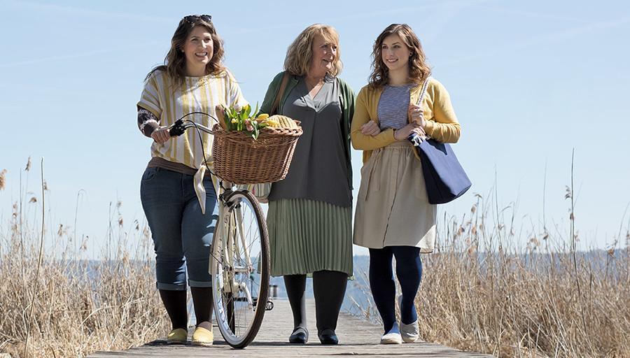 Drei Damen spazieren am Strand und tragen Juzo Kompressionsstrümpfe