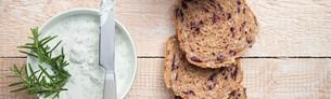 stevig koolbrood met jeneverbes, kwark en mes
