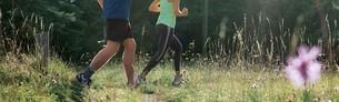 Mujer y hombre corriendo por el bosque