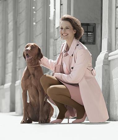 Vrouw wandelt met hond