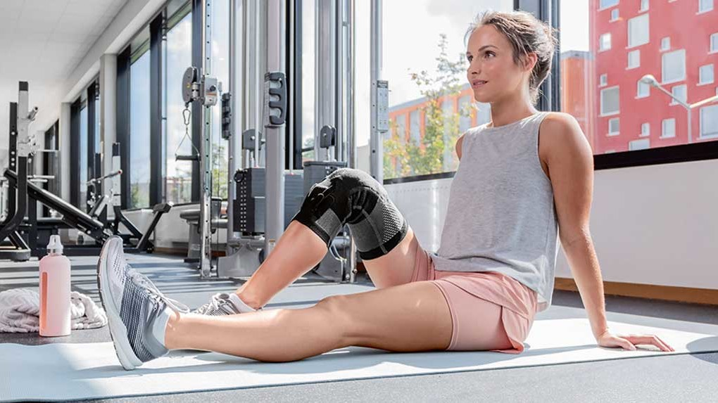A woman wearing an orthosis at the gym