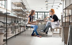 Frauen beim Töpfern mit Dip Dye Collection als rundgestrickte Juzo Inspiration Versorgung in den Farben Mohn und Blaubeere