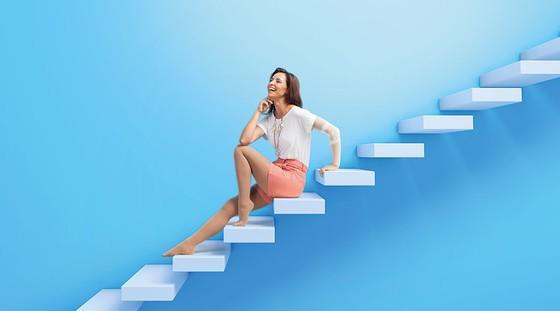 Kvinna som sitter på en trappa