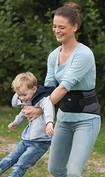 Mujer balancea a un niño