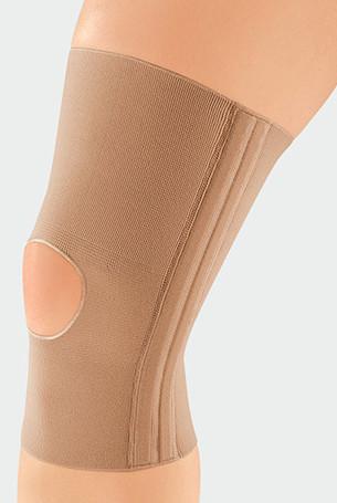 Knie met de JuzoFlex Genu 320 met een open patella in de kleur beige