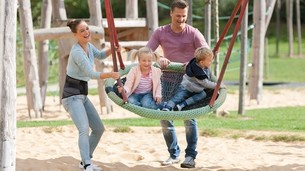 Rodzina bawi się na placu zabaw