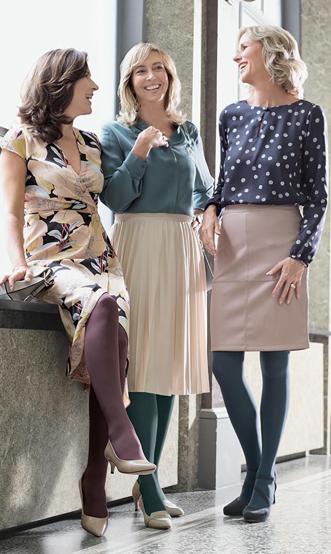 Tres mujeres se ríen juntas