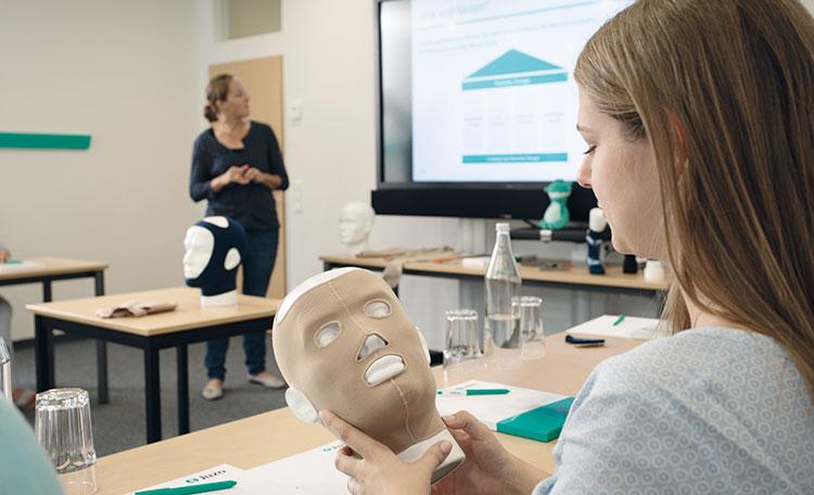Frau hält Narbentherapie Kopfversorgung in ihren Händen