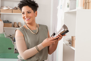 Vrouw draagt Juzo Soft armkous