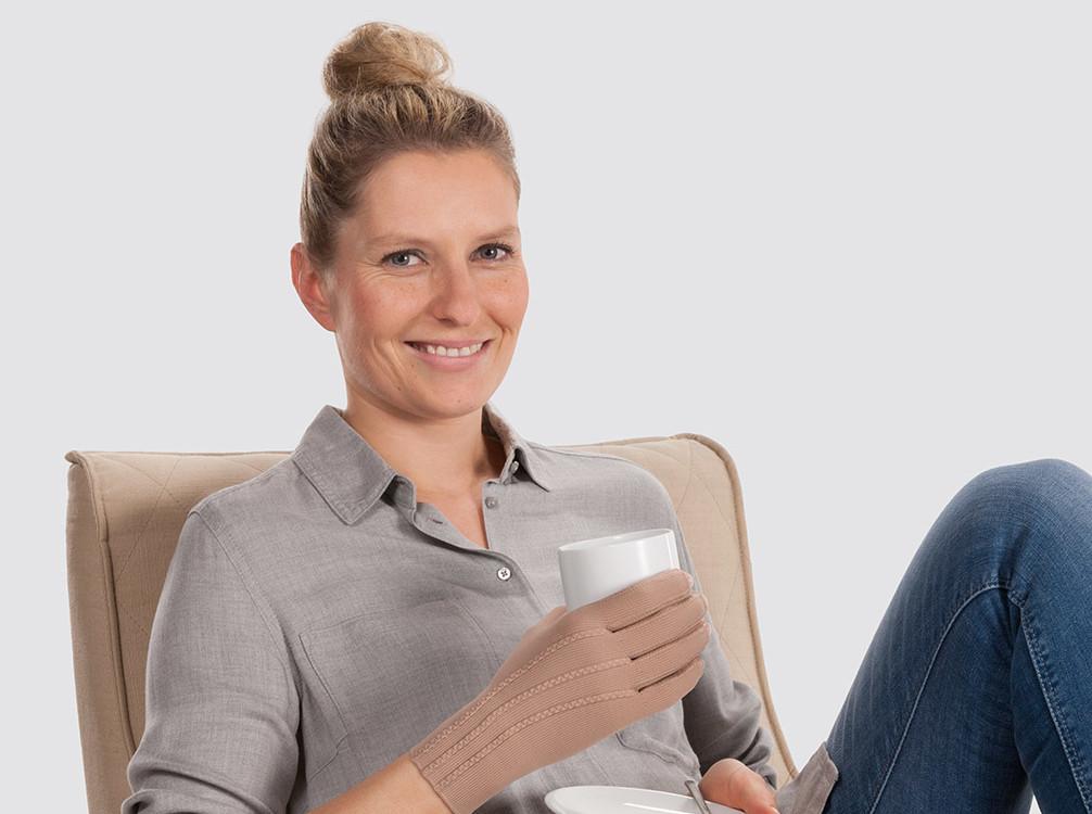 Frau hält Kaffeetasse in der Hand