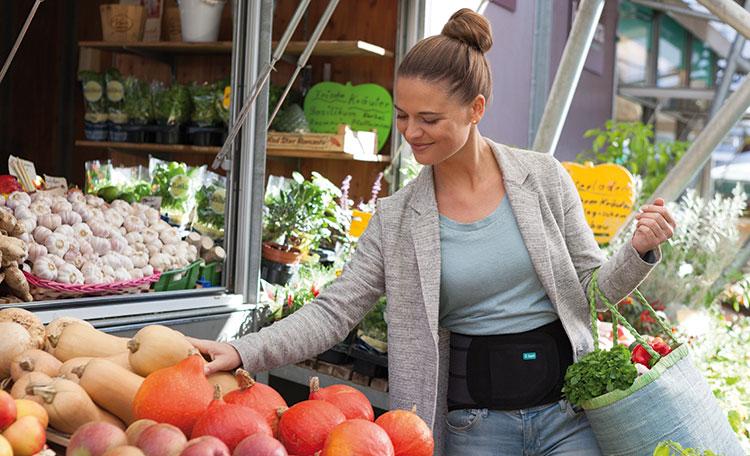 Frau beim einkaufen trägt Juzo Lumbal