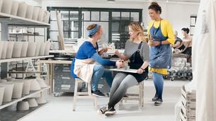 Dwie kobiety siedzą na stole i mają na sobie pończochy uciskowe w wersji Dip Dye