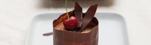 Minilagkager med kirsebær og kakao på en tallerken