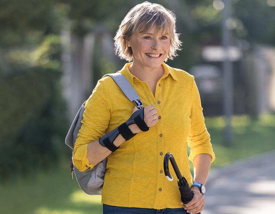 Frau trägt Handgelenkorthese JuzoPro Manu Xtec Palmar